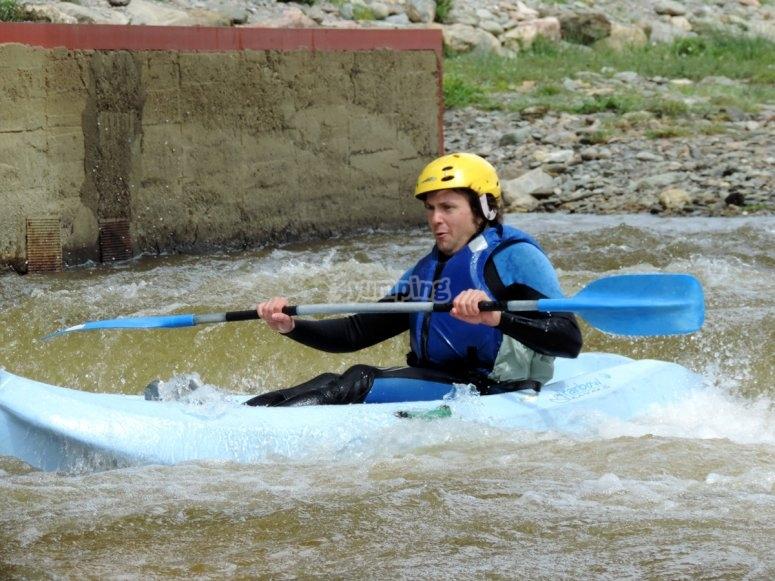 hombre en el kayak azul