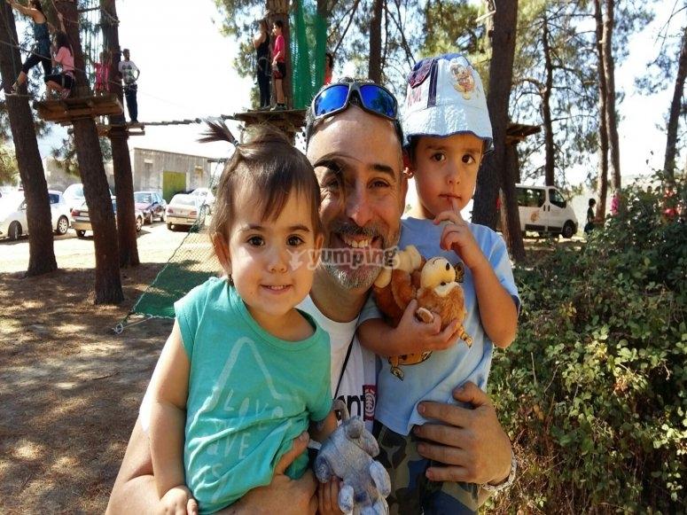 Familia en el circuito de arborismo