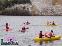 El grupo repartido en canoas