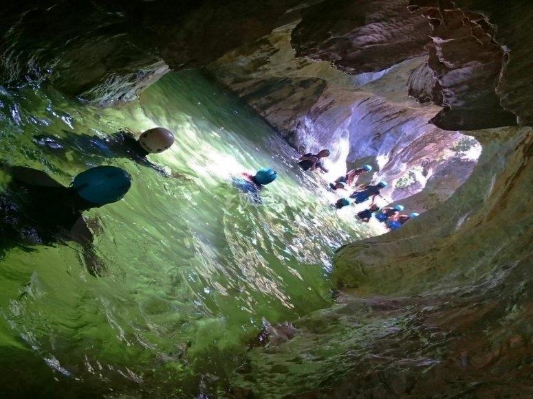 Camminando lungo uno specchio d'acqua nel canyon