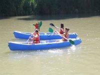 在划独木舟中划桨的年轻人