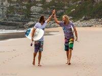 langre海滩上的冲浪者与他们的董事会