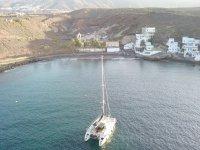 双体船在阿德赫海岸航行