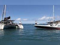 散步通过双体船和乘船捕鱼的阿德耶