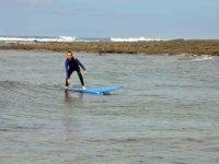 男孩在海上冲浪