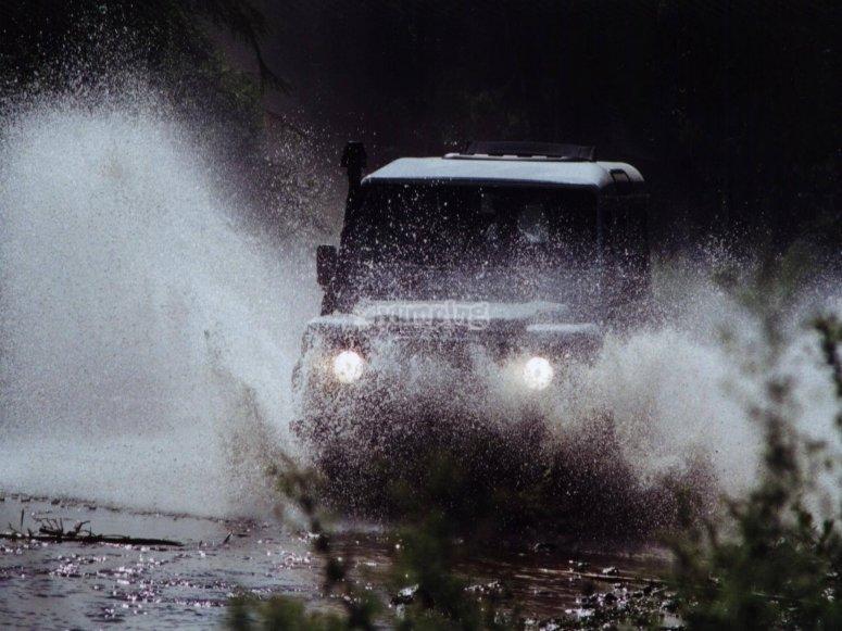 A tutta velocità in jeep