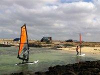 用帆板抵达海岸