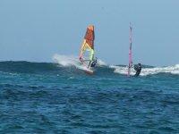绿松石水域风帆冲浪