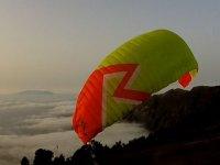 空中滑翔伞。