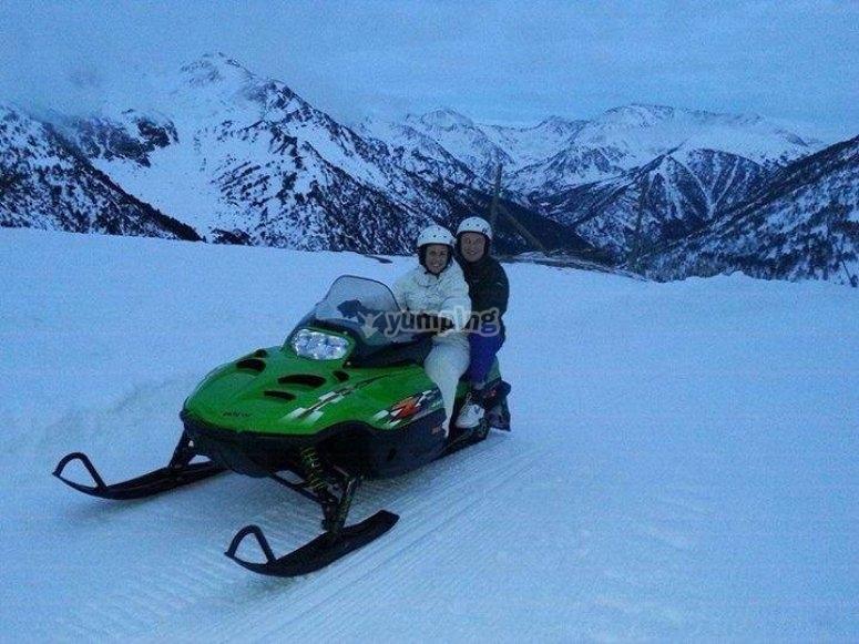 pareja en moto de nieve