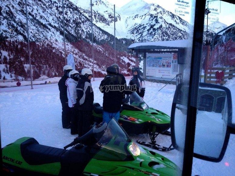Preparando la excursión en moto de nieve