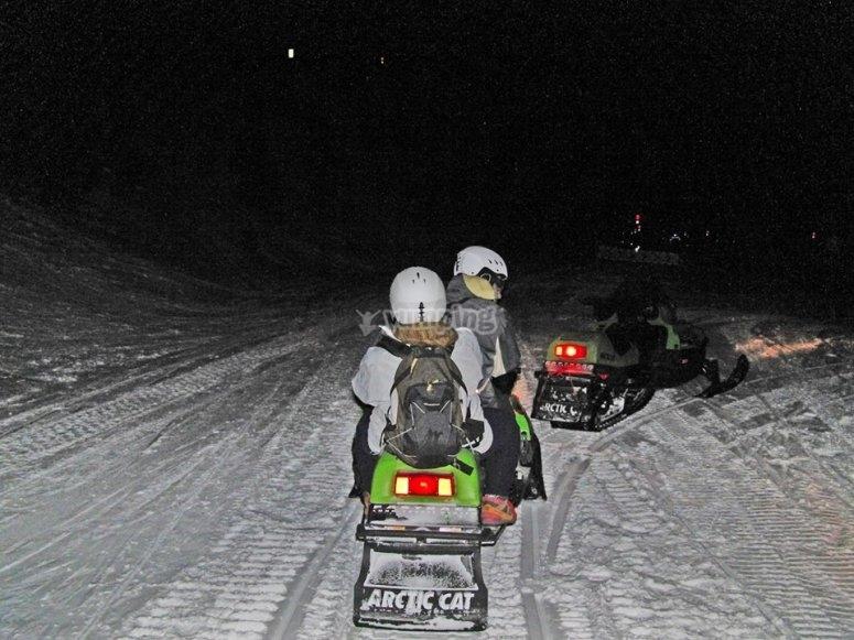 Motos de nieve de noche