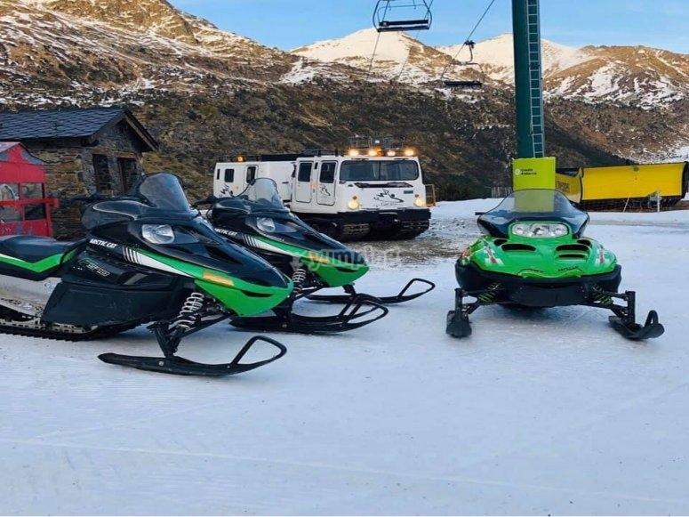 Motos de nieve preparadas para la ruta
