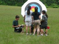 指着男孩和女孩在寻找目标的目标
