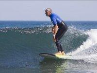 Aguantando de pie en la ola