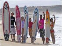 Surfisti sulla spiaggia