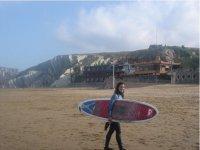 的La Concha海滩上冲浪