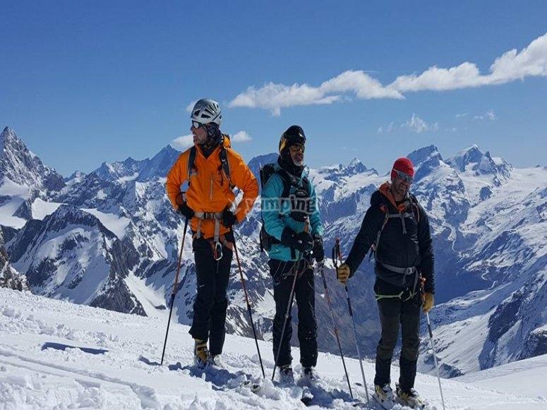 即将滑行的滑雪者组