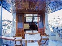 Barco con zona solarium y mesas