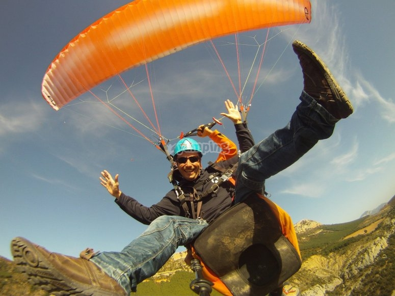 在滑翔伞中激动自己
