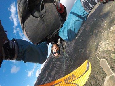 杂技滑翔伞飞行在40分钟内
