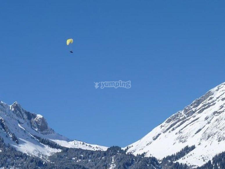 en el cielo con el parapente.