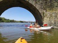 Pasando bajo el puente con el kayak