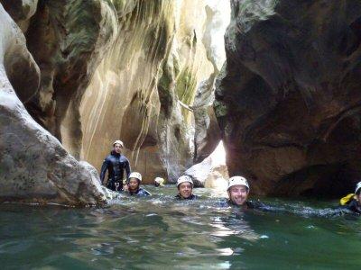 在绿喉咙中进行峡谷漂流
