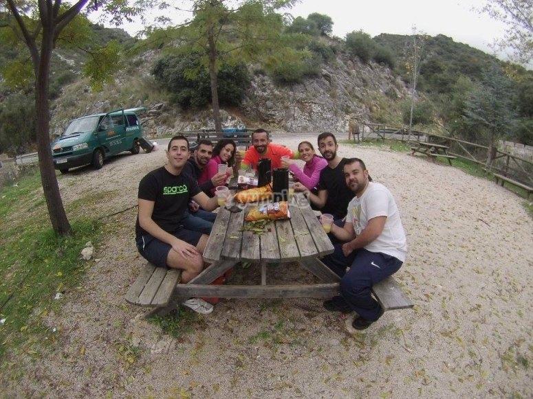 在山沟后的野餐