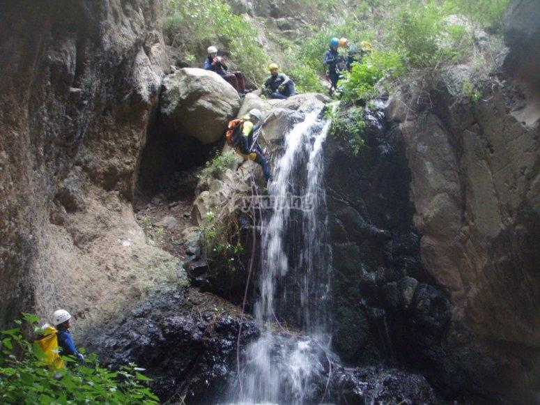Bajando con cuerda junto a una de las cascadas de Cernicalos