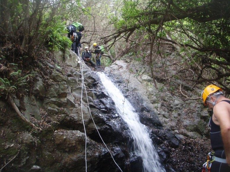 Superando el desnivel del barranco de Cernicalos