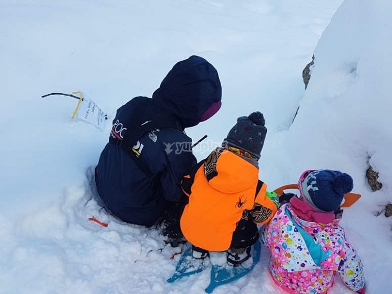 Peques construyendo un iglú