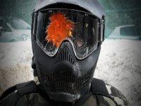 Disparo de pintura en la máscara de paintball