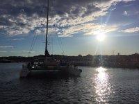庆祝活动在双体船享受在海上的太阳