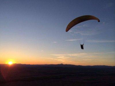 在滑翔伞的高山飞行在马德里