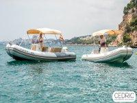 Dos embarcaciones en la costa