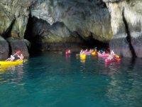 Piraguas en cueva costera
