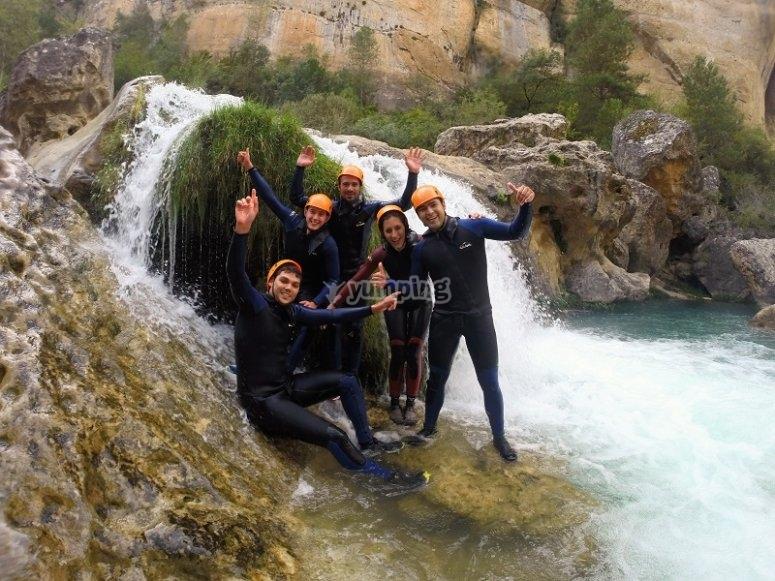 Todos en la cascada