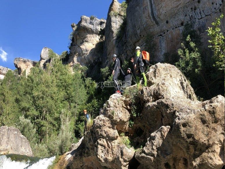 Subidos a una roca del barranco del Jucar