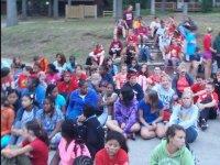 ninos sentados en un campus de verano