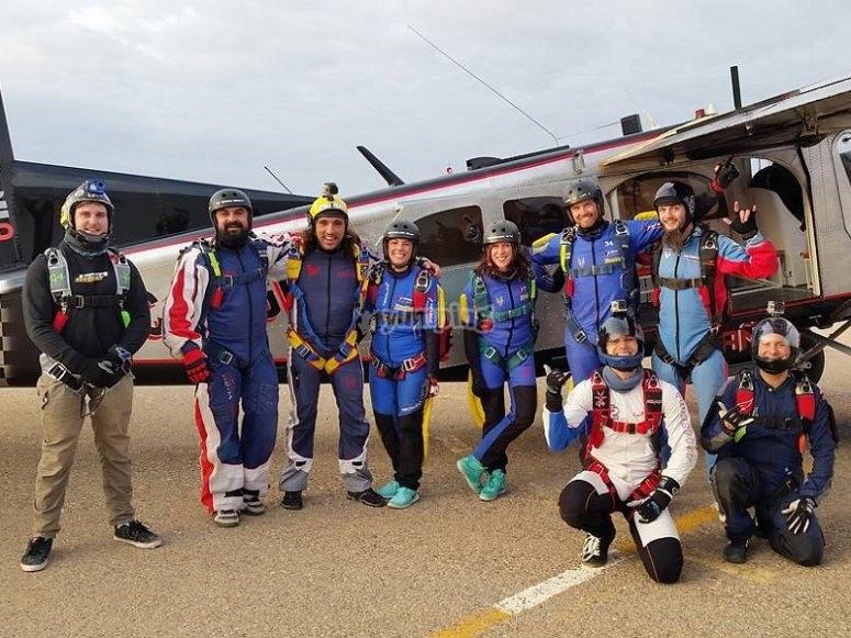 Grupo de saltadores junto a la avioneta en Ocana