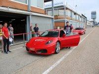 Junto al Ferrari