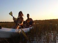 Con los kayaks entre los juncos