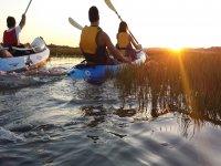 En kayak con el sol ocultandose