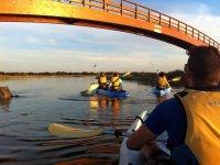 Puente bajo el kayak
