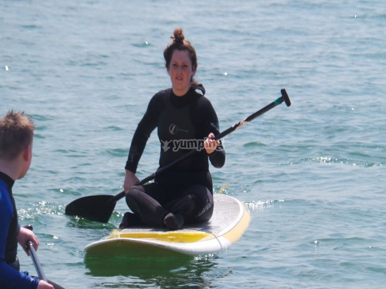 Chica en tabla de paddle surf