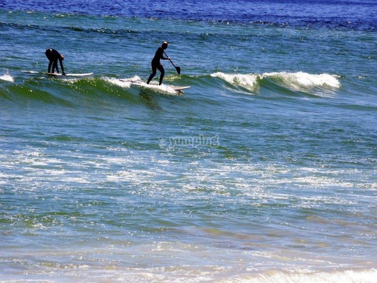 Cogiendo olas con tabla de SUP