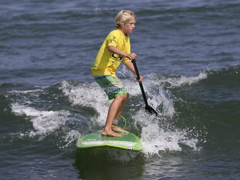 Niño en clase de paddle surf