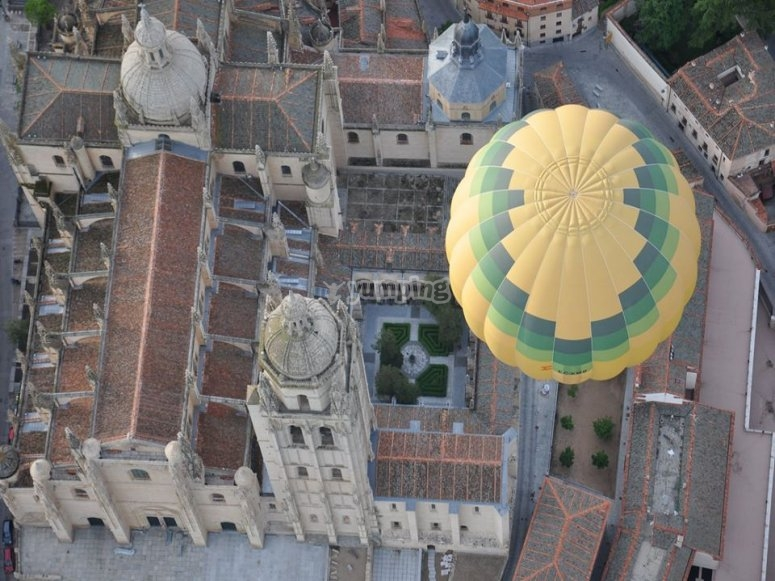 Hot air balloon overflying the city