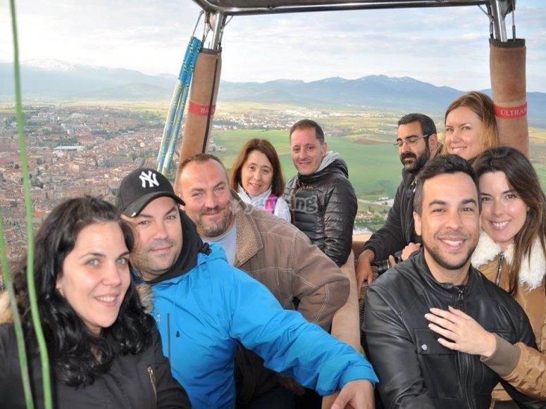 气球飞越塞戈维亚全景的城市气球集团